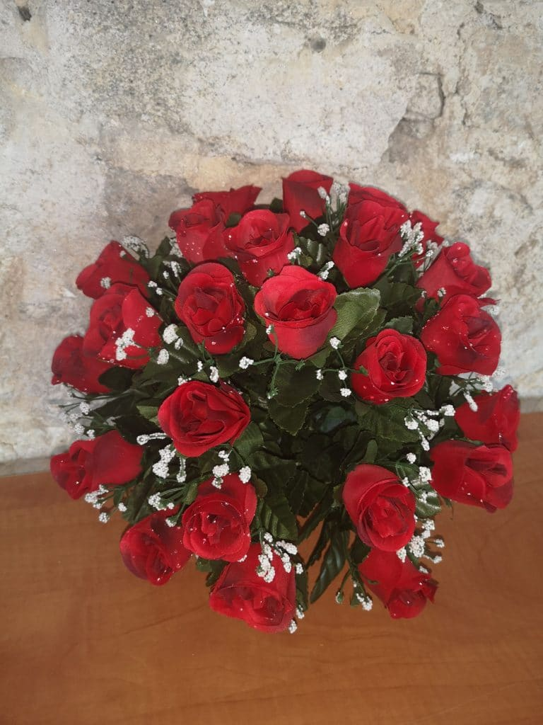 Roses rouges et gypsophies